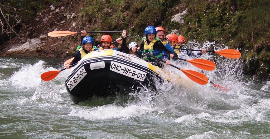 Grupo de personas haciendo rafting en Asturias